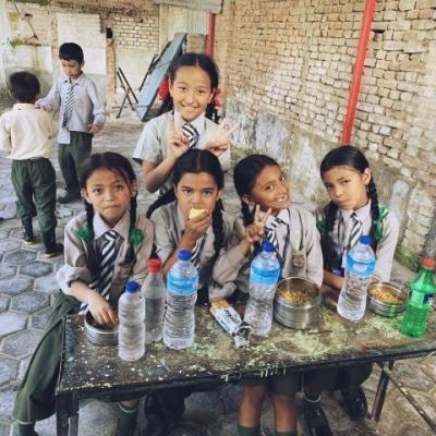 笑顔がまぶしいネパールの学校の子供たちの写真
